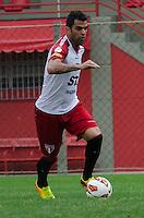 SÃO PAULO, SP, 24 DE SETEMBRO DE 2013 - TREINO SAO PAULO - O jogador do São Paulo, Maicon, durante treino no CT da Barra Funda, região oeste da capital, na tarde desta terça feira, 24. FOTO: ALEXANDRE MOREIRA / BRAZIL PHOTO PRESS