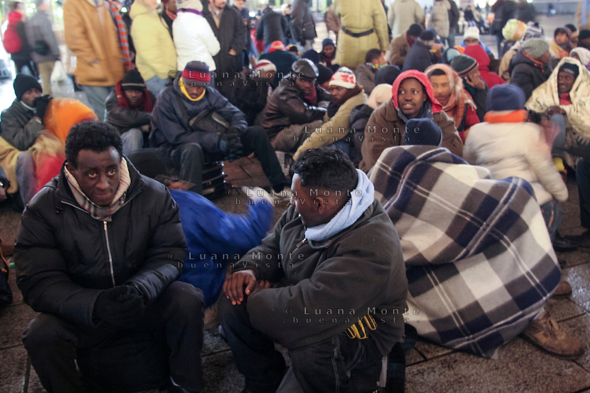 Profughi di guerra e richiedenti asilo politico sudanesi, eritrei e somali, in sit-in in centro citt&agrave;. Milano, 28 dicembre, 2005<br /> <br /> Sudanese, Somali and Eritrean war refugees and asylum seekers during a sit-in in the city center. Milan, December 28, 2005