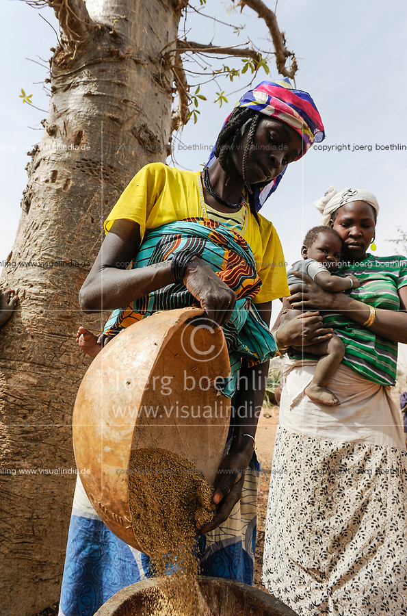NIGER Zinder, village Zongon Soumaguela, Caritas project food security and drought resilience, woman with millet reserve / NIGER Zinder, Frau mit Hirse im Dorf Zongon Soumaguela, oft reichen die Speicher fuer die lange Duerreperiode nicht aus und es droht Hungersnot