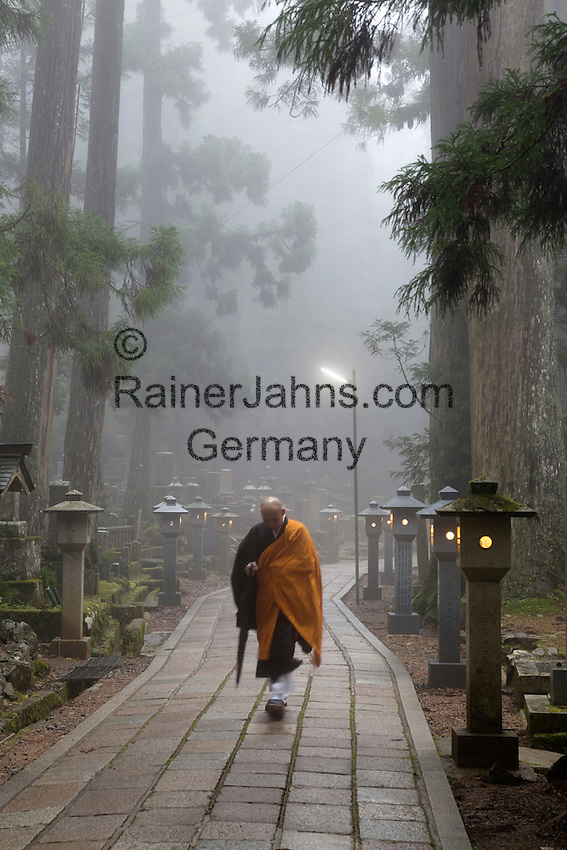 Japan, West Honshu, Kansai, Koyasan (Koya-san): Buddhist cemetery of Oku-no-in | Japan, West-Honshu, Kansai, Koyasan (Koya-san): Buddhistischer Friedhof Okunoin (Oku-no-in) und Moench