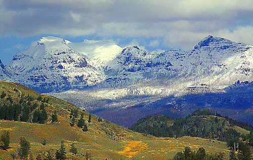 THE ABSAROKA MOUNTAIN RANGE DOMINATES THE LANDSCAPE IN THE NORTHEAST CORRIDOR OF YELLOWSTONE NATIONAL PARK,WYOMING