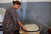 ETHIOPIA , electric oven to prepare bread injeera from dough of Teff flour/ AETHIOPIEN, elektrisches Kochgeraet zur Zubereitung Injera Fladen aus Teig mit Tef Mehl