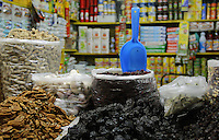 Querétaro, Qro. 29 de Diciembre de 2016.-  Los mercados de la capital se visten de color, olor y sabor a fiesta de finde año. Los marchantes hacen largas filas para conseguir todos los alimentos de la cena de fin de año; desde los elementos que llevan el ponche, las costillas de cerdo, romeritos, chiles para las salsas, bacalao, uvas.