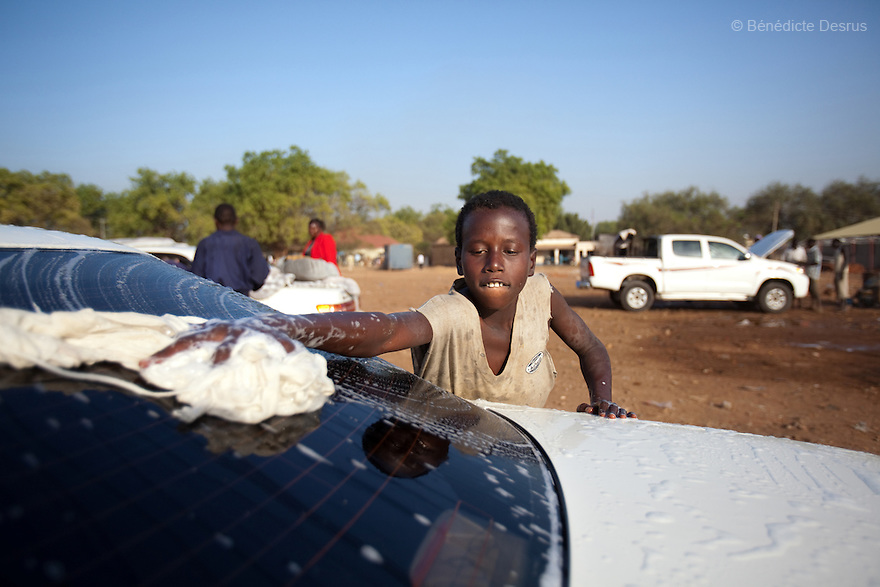 12 januay 2011 - Juba, South Sudan - A southern sudanese boy washes a car as ballots are counted following a weeklong independence referendum in Juba, the capital of Southern Sudan. Photo credit: Benedicte Desrus