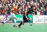 BLOEMENDAAL   - Hockey - Valentin Verga (A'dam) met Sander 't Hart (Bldaal)  .   3e en beslissende  wedstrijd halve finale Play Offs heren. Bloemendaal-Amsterdam (0-3).     Amsterdam plaats zich voor de finale.  COPYRIGHT KOEN SUYK