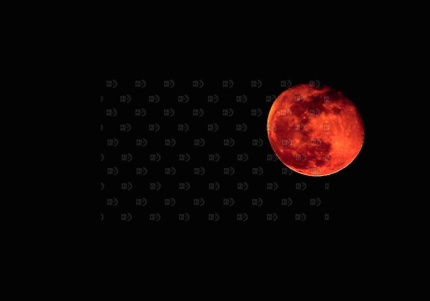 CIUDAD DE M&Eacute;XICO, DF.- Junio 05, 2012 &ndash; La luna se pudo observar con una tonalidad rojiza desde la Ciudad de M&eacute;xico. FOTO: ALEJANDRO MEL&Eacute;NDEZ<br /> <br /> MEXICO CITY, DF. - June 5, 2012 - The moon was observed with a reddish hue from Mexico City. PHOTO: ALEJANDRO MELENDEZ