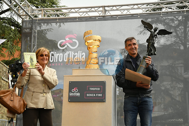 The trophy of the first Giro d'Italia won by Luigi Ganna, brought on stage by his great-grandchildren at sign on before Stage 3 of the 2019 Giro d'Italia, running 220km from Vinci to Orbetello, Italy. 13th May 2019<br /> Picture: Gian Mattia D'Alberto/LaPresse | Cyclefile<br /> <br /> All photos usage must carry mandatory copyright credit (© Cyclefile | Gian Mattia D'Alberto/LaPresse)