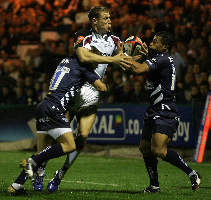 Photo: Paul Thomas..Sale Sharks v Newcastle Falcons. EDF Anglo-Welsh Cup. 29/09/2006...Sale's Oriol Ripol (L) and Jason Robinson (R) tackle Anthony Elliott of Newcastle.