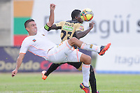 ITAGÜÍ -COLOMBIA-02-03-2014. Yessy Mena (Der.) jugador de Itagui disputa el balón con (Izq.) jugador del Envigado durante partido de la novena fecha de la Liga Postobon I 2014, jugado en el estadio Metropilitano de la ciudad de Itagui. / Oscar Rodas ( R)  player of Itagui fights for the ball with (L) player of Medellin during a match for the 9th date of the Liga Postobon I 2014 at the Metropilitano stadium in Itagui city..  Photo:VizzorImage/Luis Ríos/STR