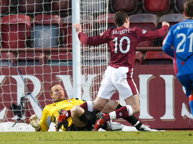 Ryan Esson brings down Stephen Elliott for a Hearts penalty