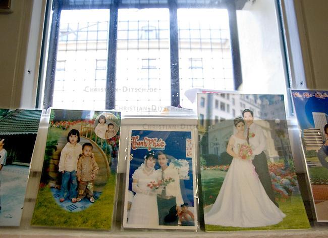 Frauen-Abschiebegefaengnis in Neuss, NRW<br /> Im &quot;Hafthaus Neuss&quot; der Justizvollzugsanstalt (JVA) Duesseldorf sind Frauen inhaftiert, die aus Deutschland abgeschoben werden sollen.<br /> Hier: Familienfotos einer Frau aus Vietnam vor dem Zellenfenster.<br /> 1.2.2008, Neuss<br /> Copyright: Christian-Ditsch.de<br /> [Inhaltsveraendernde Manipulation des Fotos nur nach ausdruecklicher Genehmigung des Fotografen. Vereinbarungen ueber Abtretung von Persoenlichkeitsrechten/Model Release der abgebildeten Person/Personen liegen nicht vor. NO MODEL RELEASE! Don't publish without copyright Christian-Ditsch.de, Veroeffentlichung nur mit Fotografennennung, sowie gegen Honorar, MwSt. und Beleg. Konto: I N G - D i B a, IBAN DE58500105175400192269, BIC INGDDEFFXXX, Kontakt: post@christian-ditsch.de<br /> Urhebervermerk wird gemaess Paragraph 13 UHG verlangt.]