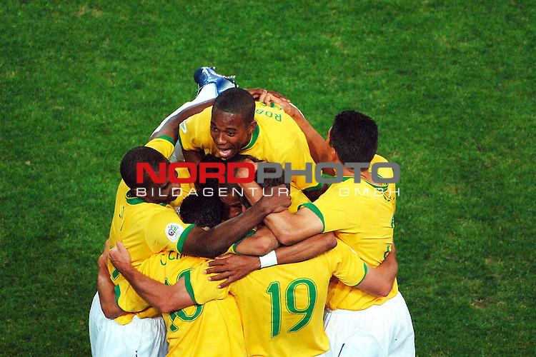 FIFA WM 2006 -  Gruppe F Vorrunde ( Group AF)  <br /> Play   #43 (22-Jun) - Japan vs Brasilien  1 - 4<br /> <br /> Ronaldinho and the Brasilplayers are happy after the match.<br /> <br /> Foto &copy; nordphoto