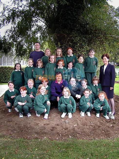 Pupils from Scoil Mhuire na Trocaire, Ardee who planted daffodils in the school during the week. Also in picture are John Ramotar, Gardner, Alfie McGivern, representing the sponsers Sean kerr Providers and Deirdre Matthews, Principal..Picture Paul Mohan Newsfile