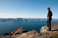Person på fjellet Sjutalet på Seiland. ----- Person on the mountain Sjutalet on Seiland.