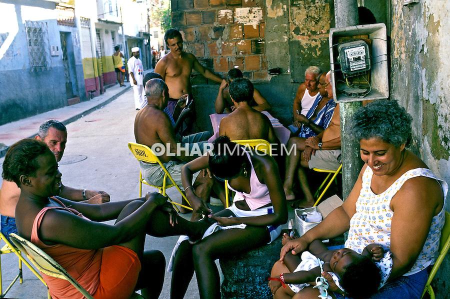 Famílias na favela da Mangueira. Rio de Janeiro. 2001. Foto de Ricardo Azoury.