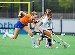 BLOEMENDAAL -   Lisa Lejeune (Bldaal) met Alma Fenne (Pin)  .  , Libera hoofdklasse hockey Bloemendaal-Pinoke (0-0). COPYRIGHT KOEN SUYK