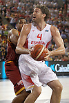Spain's Pau Gasol (r) and Macedonia's Richard Hendrix during friendly match. August 25,2015.(ALTERPHOTOS/Acero)