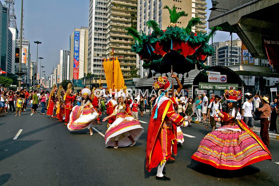 Grupo de Maracatu Pernambucano, Avenida Paulista, São Paulo. 2004. Foto de Juca Martins.