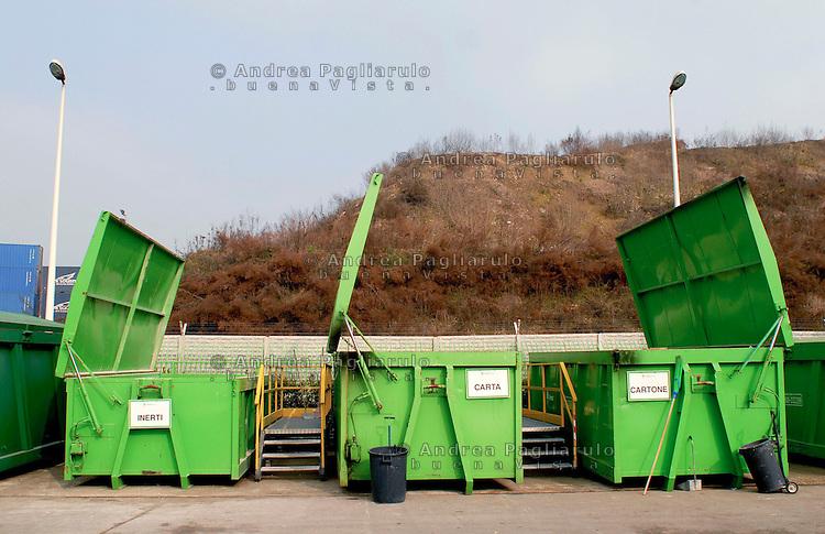 Milano, via Pedroni, recicleria rifiuti Amsa.<br /> Milan, Amsa garbage dump.