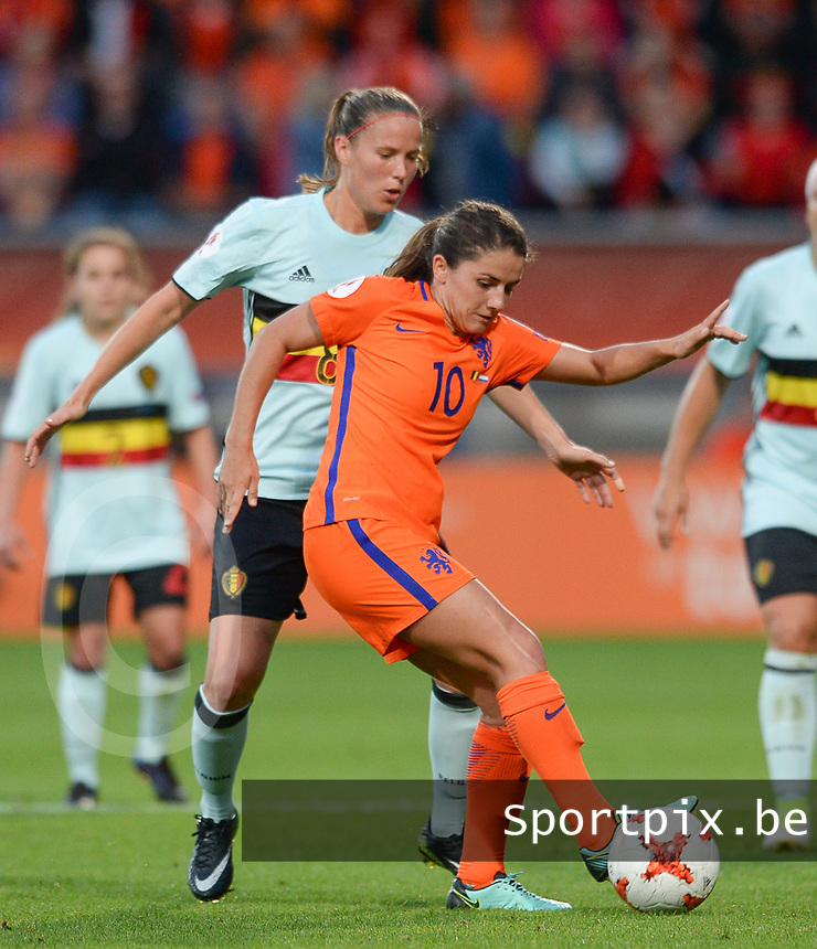 20170724 - TILBURG , NETHERLANDS : Belgian Lenie Onzia (left)  pictured defending on Dutch Danielle Van De Donk (r) during the female soccer game between the Belgian Red Flames and The Netherlands , the third and decisive game in group A at the Women's Euro 2017 , European Championship in The Netherlands 2017 , monday 24 th June 2017 at Stadion Koning Willem II in Tilburg , The Netherlands PHOTO SPORTPIX.BE | DAVID CATRY