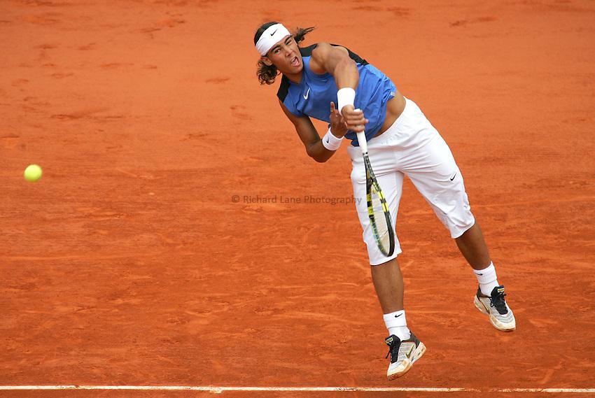 Photo: Iconsport/Richard Lane Photography..Roland Garros 2006..05/06/2006..Rafael Nadal serves during his match against Lleyton Hewitt.
