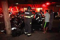 SAO PAULO, SP, 12-01-2014, ACIDENTE. Duas pessoas ficaram feridas na noite desse sabado (11), após o veiculo  perder a direção e bater contra um poste na Av Arno no bairro da Mooca.     Luiz Guarnieri/ Brazil Photo Press.