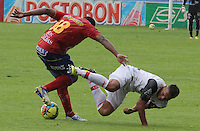 PASTO -COLOMBIA -05-05-2013 Mauricio Mina (I) de Pasto disputa el balón con un jugador (D) del Cúcuta durante partido de la fecha 14 de la Liga Postobón 2013-1 jugado en el estadio La Libertad de Pasto./ Maquricio Mina (L) of Pasto fights for the ball with Cucuta player during match of the 14th date of Postobon  League 2013-1 at La Libertad stadium in Pasto. (Photo: VizzorImage/ Leonardo Castro/ STR )