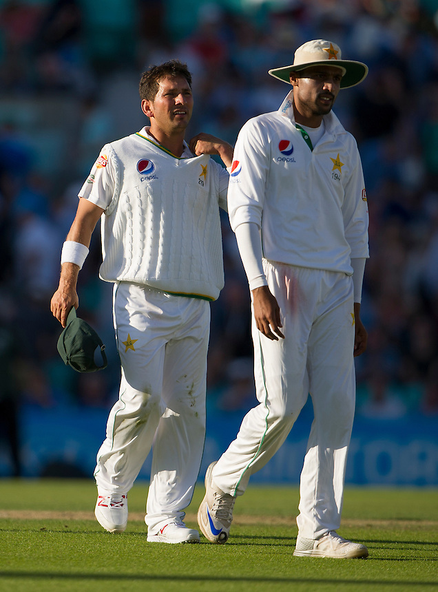 Pakistan's Yasir Shah (left) happy at stumps as he takes 3-15 in Englands 2nd innings<br /> <br /> Photographer Ashley Western/CameraSport<br /> <br /> International Cricket - 4th Investec Test - England v Pakistan - Day 3 - Saturday 13th August 2016 - The Oval - London<br /> <br /> World Copyright &copy; 2016 CameraSport. All rights reserved. 43 Linden Ave. Countesthorpe. Leicester. England. LE8 5PG - Tel: +44 (0) 116 277 4147 - admin@camerasport.com - www.camerasport.com