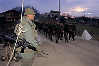 Canadian army soldiers at  MAPLE LEAF CAMP during the United Nation<br /> 1999 peace mission in Bosnia<br /> <br /> Les soldats de l'armée Canadienne durant la mission de paix de l'ONU en 1999 en Bosnie<br /> <br /> photo : (c)  Images Distribution
