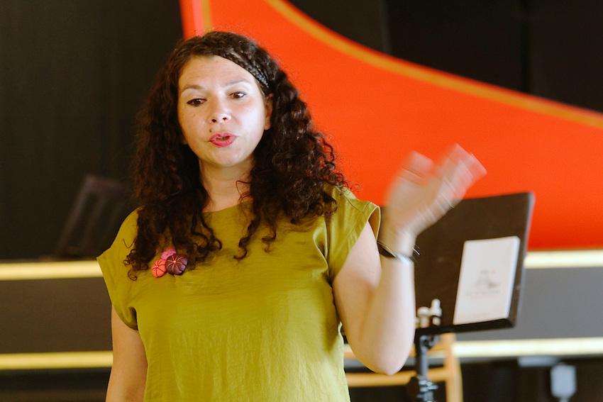 Clémentine Humeau, dans la série regards : « Je suis musicien mais pas seulement », ancienne hautboïste devenue créatrice de parfum.<br /> Fille de Philippe Humeau, facteur de clavecins