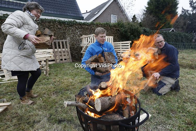 Foto: VidiPhoto<br /> <br /> VALBURG – De familie Boom uit Alblasserdam maakt zich vrijdag op voor hun verhuizing naar Valburg in de Betuwe. Eerst vertrekt de houtvoorraad en komend voorjaar volgt de rest van de inboedel. Om zichzelf tijdens het stapelen van de houtblokken op hun nieuwe bouwkavel warm te houden, brandt gezellig de vuurkorf. De familie verhuist naar Gelderland omdat grond en woningen daar nog betaalbaar zijn, in tegenstelling tot West-Nederland. Rust, betaalbare ruimte en een goede infrastructuur is de reden dat Gelderland ook het afgelopen jaar behoorde tot een van de populairste groeiprovincies. Door de aanleg van een railterminal en de komst van diverse distributiecentra naar de Over-Betuwe neemt bovendien de werkgelegenheid fors toe. Dat overigens wel ten koste van rust en ruimte...