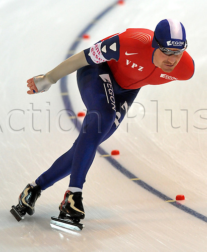 Dutch speed skater Bob de Jong finishes third in the men's 5000 m race at the Speed Skating World Cup in Berlin, Germany, 07 November 2009. Photo: Hendrik Schmidt/Actionplus