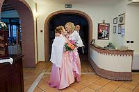 Giuseppe (Bea) della Pelle e Marioara Dadiloveanu si scambiano un bacio al loro arrivo al ristorante subito dopo essersi sposati nel comune di Nemi.