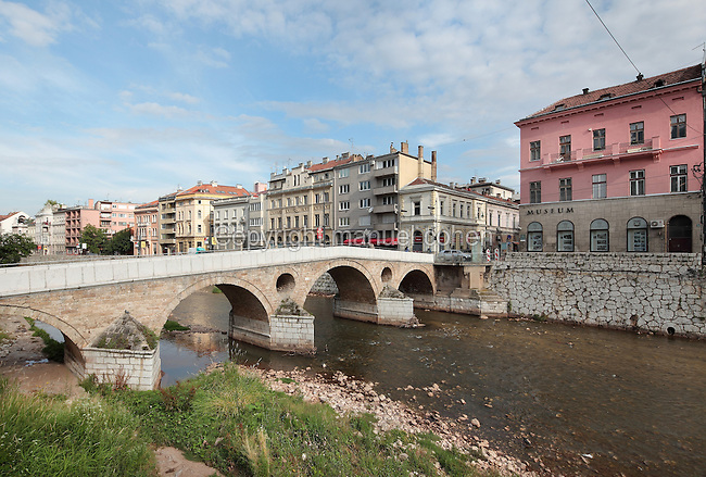 The Latin Bridge, originally a 16th century Ottoman bridge over the river Miljacka but rebuilt 1798-99, and on the right, the Museum of the Assassination of Franz Ferdinand, marking the spot where, on the 28th June 1914, Gavrilo Princip assassinated Archduke Franz Ferdinand and his wife Sofia, an act which led to the outbreak of the First World War, Stari Grad, Sarajevo, Bosnia and Herzegovina. The bridge is a National Monument. Picture by Manuel Cohen