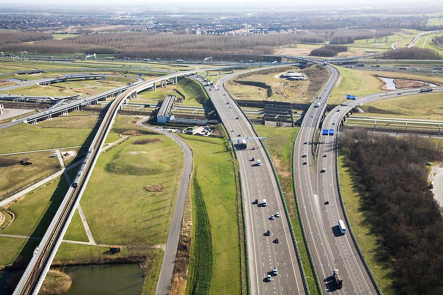 Nederland, Zuid-Holland, Pernis, 04-03-2008; autosnelweg A4 gezien naar het Zuiden, richting Knooppunt Benelux (of Beneluxplein); de A4 houdt bij het knooppunt op en gaat over in de A15 (naar links en naar rechts); in de toekomst zou de A4 doorgetrokken naar het Zuiden doorgetrokken moeten worden (richting Bergen op Zoom); links de metro (Callandlijn), aan de horizon Hoogvliet. .luchtfoto (toeslag); aerial photo (additional fee required); .foto Siebe Swart / photo Siebe Swart.