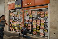 RIO DE JANEIRO, RJ 06.10.2015 – GREVE-BANCÁRIOS - Agencia bancária em dia de greve da categoria na região central do Rio de Janeiro na manhã nesta terça-feira (06). A greve da categoria é uma resposta à proposta rebaixada da federação dos bancos (Fenaban) de 5,5% de reajuste para salários, PLR, vales e auxílios, que nem chega perto de cobrir a inflação de 9,88% no período (INPC) e representa perda de 4% para os trabalhadores. E nada para questões fundamentais para a categoria como melhorias nas condições de trabalho, saúde e garantia de emprego. (Foto: Marcus Victorio/Brazil Photo Press)