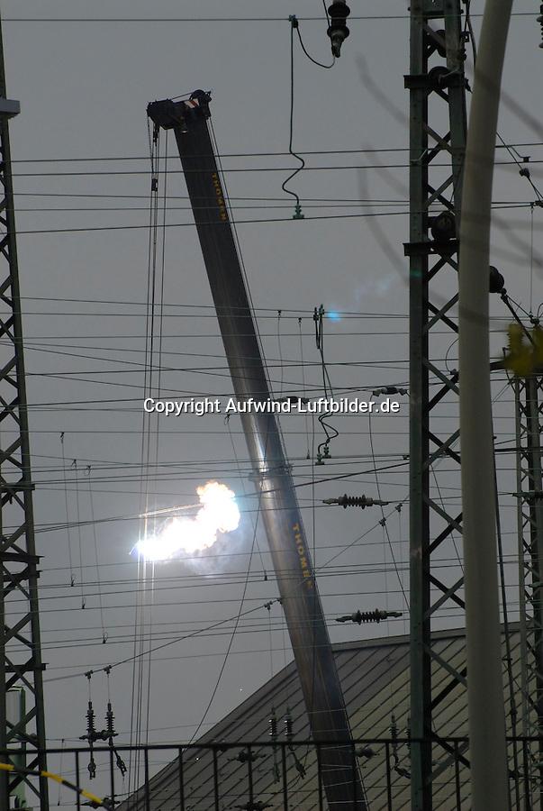 Stromunfall Deichtorhalle: EUROPA, DEUTSCHLAND, HAMBURG, (EUROPE, GERMANY), 27.12.2007: Thoemen Kran erwischt Oberleitung der Deutschen Bahn, Feuer, Feuerball, Elektrounfall, Spannung Hochspannung, Aufwind Luftbilder, ..c o p y r i g h t : A U F W I N D - L U F T B I L D E R . de.G e r t r u d - B a e u m e r - S t i e g 1 0 2, .2 1 0 3 5 H a m b u r g , G e r m a n y.P h o n e + 4 9 (0) 1 7 1 - 6 8 6 6 0 6 9 .E m a i l H w e i 1 @ a o l . c o m.w w w . a u f w i n d - l u f t b i l d e r . d e.K o n t o : P o s t b a n k H a m b u r g .B l z : 2 0 0 1 0 0 2 0 .K o n t o : 5 8 3 6 5 7 2 0 9.C o p y r i g h t n u r f u e r j o u r n a l i s t i s c h Z w e c k e, keine P e r s o e n l i c h ke i t s r e c h t e v o r h a n d e n, V e r o e f f e n t l i c h u n g  n u r  m i t  H o n o r a r  n a c h M F M, N a m e n s n e n n u n g  u n d B e l e g e x e m p l a r !.
