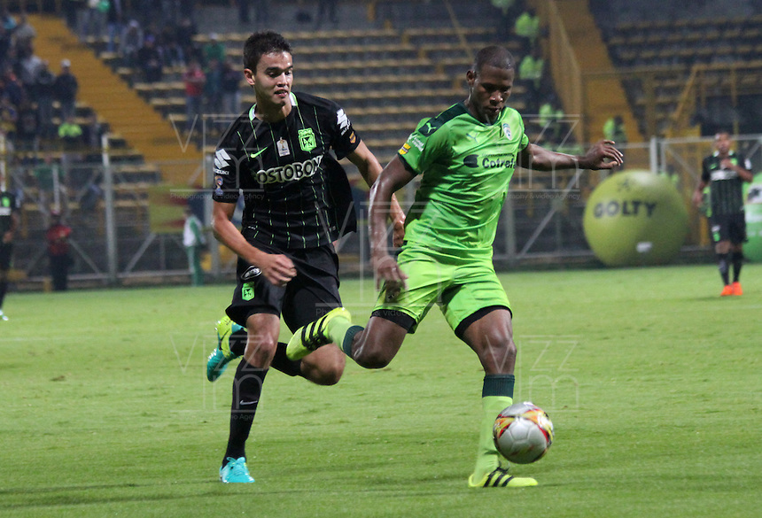 BOGOTA -COLOMBIA. 30-09-2016. Elvis Mosquera (Der.) jugador de La Equidad  disputa el balón con Felipe Aguilar (Izq.) de Atlético Nacional  durante encuentro  por la fecha 15 de la Liga Aguila II 2016 disputado en el estadio Metropolitano de Techo./ Elvis Mosquera (R) player of La Equidad fights for the ball with Felipe Aguilar (L) player of Atletico Nacional   during match for the date 15 of the Aguila League II 2016 played at Metropolitano stadium . Photo:VizzorImage / Felipe Caicedo  / Staff
