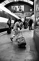 milano, stazione centrale. un bambino con il suo bagaglio --- milan, central station. a kid with his luggage