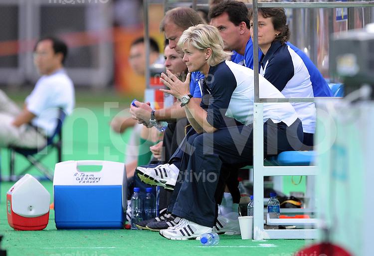 Olympia 2008  Peking  Fussball Frauen 10.08.2008 Korea  DVR - Deutschland GER TRainerin Silvia Neid  nachdenklich