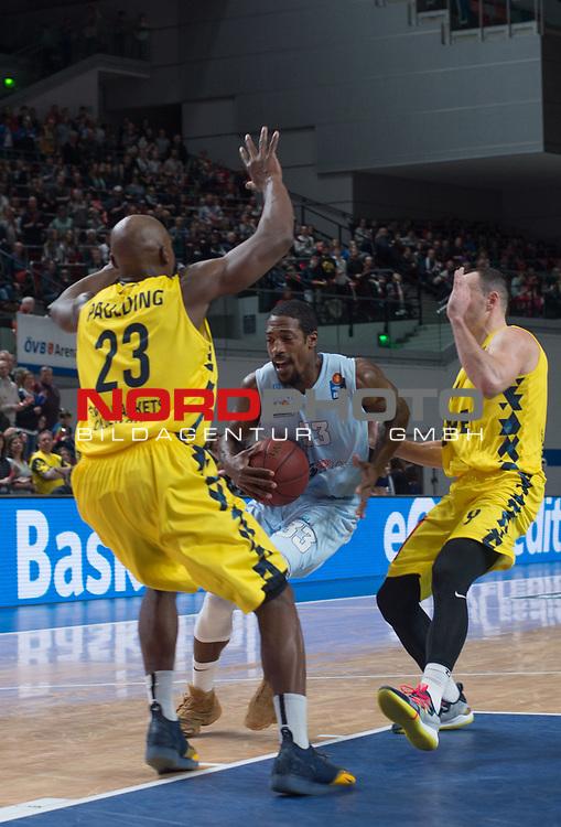 10.02.2019, &Ouml;VB Arena, Bremen, GER, easy Credit-BBL, Eisb&auml;ren Bremerhaven vs EWE Baskets Oldenburg, im Bild<br /> durch den Gegner<br /> Durrell SUMMERS ( Eisb&auml;ren Bremerhaven #33 )<br /> Rickey PAULDING (EWE Baskets Oldenburg #23 ), Karsten TADDA (EWE Baskets Oldenburg #9 )<br /> Foto &copy; nordphoto / Rojahn