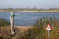 Nederland Zaltbommel  2016. Het  Waterstandbeeld aan de Waalkade geeft aan tot hoe hoog het water kwam tijdens een grote overstroming. Foto Berlinda van Dam / Hollandse Hoogte