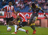 BARRANQUIILLA - COLOMBIA, 13-05-2018: Gabriel Fuentes (Izq.) del Atlético Junior disputa el balón con William Parra (Der) jugador de Deportivo Independiente Medellín durante partido de ida por los cuartos de final de la Liga Águila I 2018 jugado en el estadio Metropolitano Roberto Meléndez de la ciudad de Barranquilla. / Gabriel Fuentes (L) player of Atletico Junior struggles the ball with William Parra (R) player of Deportivo Independiente Medellin during first leg match for the quarterfinals of the Aguila League I 2018 played at Metropolitano Roberto Melendez stadium in Barranquilla city.  Photo: VizzorImage/ Alfonso Cervantes / Cont
