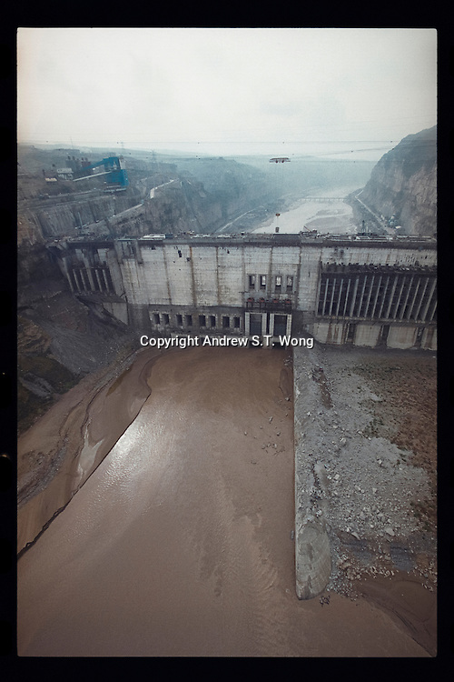 An aerial view shows the Wanjiazhai Dam under construction over the Yellow River in Shanxi province, northern China, September 1998. The US$3.0 billion project would pump water uphill 648 metres and through 11 tunnels of a total length of 220 km in its three sections, delivering water to Taiyuan, the coal-mining centre of Datong and industrial Shuozhou. The dam, 434 metres across, 105 meters high, contains 1.5 million tonnes of concrete.
