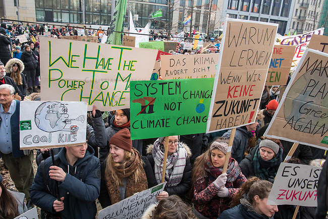 """Tausende Schuelerinnen und Schueler streikten am Freitag den 25. Januar 2019 in Berlin unter dem Motto #FridaysForFuture fuer einen Ausstieg aus der Kohlepolitik. """"Heute verhandelt die Kohlekomission über den Kohleausstieg, und damit ueber unsere Zukunft. Die Menschen, die heute diese Entscheidungen treffen, werden die langfristigen Folgen ihrer Entscheidungen nicht mehr erleben.""""<br /> Im Bild: Kundgebung vor dem Wirtschaftsministerium vor Beginn der Demonstration.<br /> 25.1.2019, Berlin<br /> Copyright: Christian-Ditsch.de<br /> [Inhaltsveraendernde Manipulation des Fotos nur nach ausdruecklicher Genehmigung des Fotografen. Vereinbarungen ueber Abtretung von Persoenlichkeitsrechten/Model Release der abgebildeten Person/Personen liegen nicht vor. NO MODEL RELEASE! Nur fuer Redaktionelle Zwecke. Don't publish without copyright Christian-Ditsch.de, Veroeffentlichung nur mit Fotografennennung, sowie gegen Honorar, MwSt. und Beleg. Konto: I N G - D i B a, IBAN DE58500105175400192269, BIC INGDDEFFXXX, Kontakt: post@christian-ditsch.de<br /> Bei der Bearbeitung der Dateiinformationen darf die Urheberkennzeichnung in den EXIF- und  IPTC-Daten nicht entfernt werden, diese sind in digitalen Medien nach §95c UrhG rechtlich geschuetzt. Der Urhebervermerk wird gemaess §13 UrhG verlangt.]"""