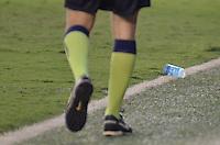 ATENÇÃO EDITOR: FOTO EMBARGADA PARA VEÍCULOS INTERNACIONAIS - SANTOS, SP, 09 DE SETEMBRO DE 2012 - CAMPEONATO BRASILEIRO - SANTOS x SÃO PAULO: Auxiliar retira copo de água atirado no gramado pela torcida do São Paulo durante partida Santos x São Paulo, válida pela 23ª rodada do Campeonato Brasileiro de 2012 no Estádio da Vila Belmiro em Santos. FOTO: LEVI BIANCO - BRAZIL PHOTO PRESS