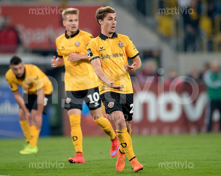 FUER SZ FREI, PAUSCHALE GEZAHLT!!!<br /> Fu&szlig;ball, Sachsen - Pokal, Saison 2015/2016, Achtelfinale, SG Dynamo Dresden - Chemnitzer FC (CFC), Freitag (09.10.2015), Stadion Dresden.<br /> Dresdens Sinan Tekerci, dahinter Luca D&uuml;rholtz (M.) und Aias Aosman.<br /> Foto: Robert Michael / www.robertmichaelphoto.de
