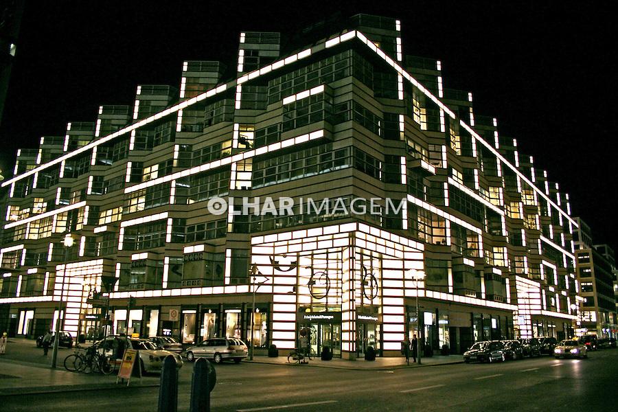Prédio iluminado em Berlim. Alemanha. 2007. Foto de Marcio Nel Cimatti.