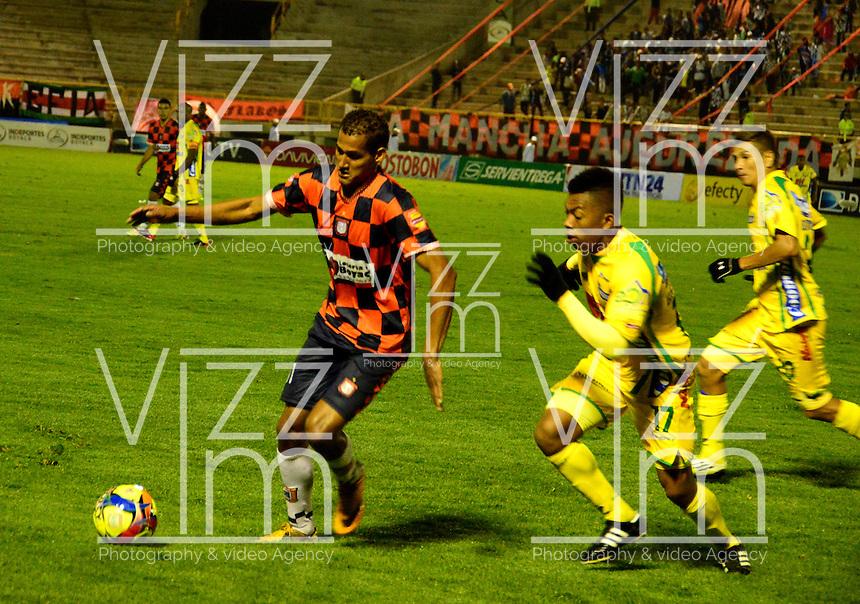 TUNJA- COLOMBIA-04-05-2013: Jhon Gualé (Der.) jugador de Boyaca Chico F.C., lucha por el balón con Cesar Hinestroza (Izq.) del Atletico Huila durante partido en el estadio La Independencia de la ciudad de Tunja, abril mayo 4 de 2013. Boyaca Chico F.C.y Atletico Huila durante partido por la decimocuarta fecha de la Liga Postobon I. (Foto: VizzorImage / José Palencia / Str). Jhon Gualé (R) jugador de Boyaca Chico F.C., fights for the ball with con Cesar Hinestroza (L) from Atletico Huila during game in La Independencia stadium in Tunja City, May 4, 2013, during match for the fourtenth round of the Postobon League I. (Photo: VizzorImage / Jose Palencia / Str).