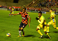 TUNJA- COLOMBIA-04-05-2013: Jhon Gualé (Der.) jugador de Boyaca Chico F.C., lucha por el balón con Cesar Hinestroza (Izq.) del Atletico Huila durante partido en el estadio La Independencia de la ciudad de Tunja, abril mayo 4 de 2013. Boyaca Chico F.C.y Atletico Huila durante partido por la decimocuarta fecha de la Liga Postobon I. (Foto: VizzorImage / José Palencia / Str). Jhon Gualé (R) jugador de Boyaca Chico F.C., fights for the ball with con Cesar Hinestroza (L) from Atletico Huila during game in La Independencia stadium in Tunja City, May 4, 2013, during match for the fourtenth round of the Postobon League I. (Photo: VizzorImage / Jose Palencia / Str).